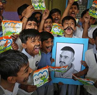 Los niños celebran la liberación del piloto militar indio Abhinandan Varthaman