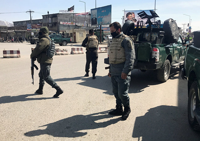 Los policías vigilan cerca de un ataque en Kabul, Afganistán