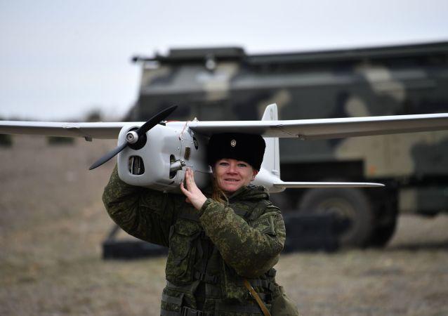 Preciosas y fuertes: así las militares rusas elevan al aire el dron Orlan-10