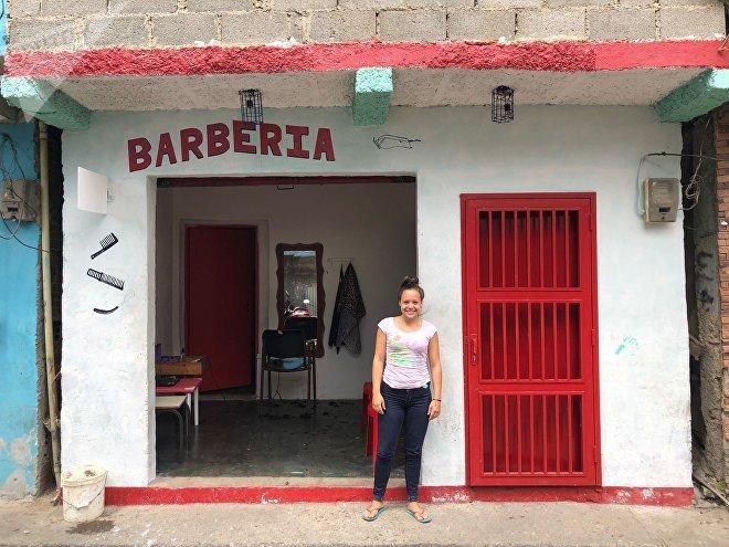 Adriana tiene 18 años y su propia peluquería. Hace tres años que es completamente independiente.