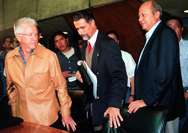 El líder petrolero Carlos Romero Deschamps (derecha), el secretario del Trabajo Carlos María Abascal  (centro) y el director de Pemex Raul Munoz Leos arriban a una conferencia