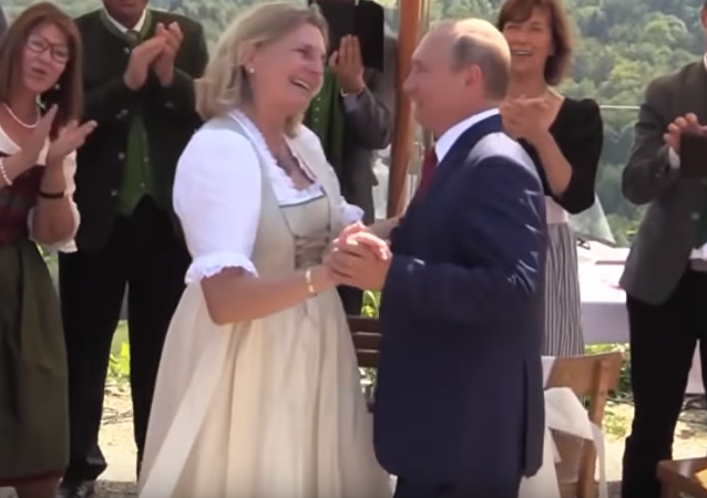 Putin baila con la ministra de Exteriores de Austria, Karin Kneiss