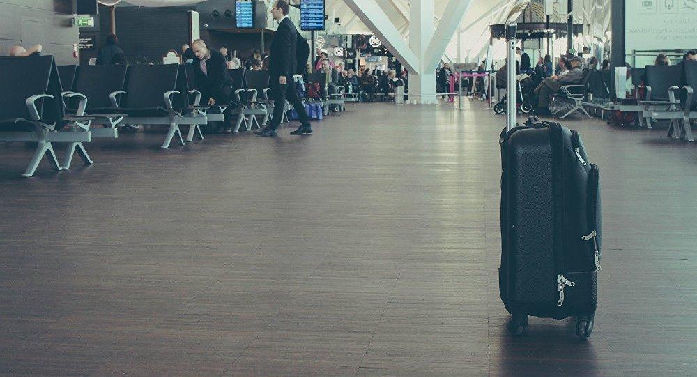 Una maleta en el aeropuerto