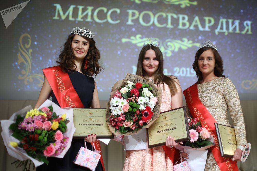 Belleza de armas tomar durante el certamen de Miss Guardia Nacional de Moscú