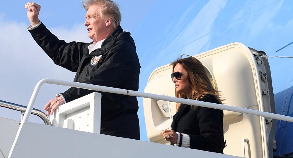 El presidente estadounidense, Donald Trump, y la primera dama, Melania Trump, desembarcan del Air Force One