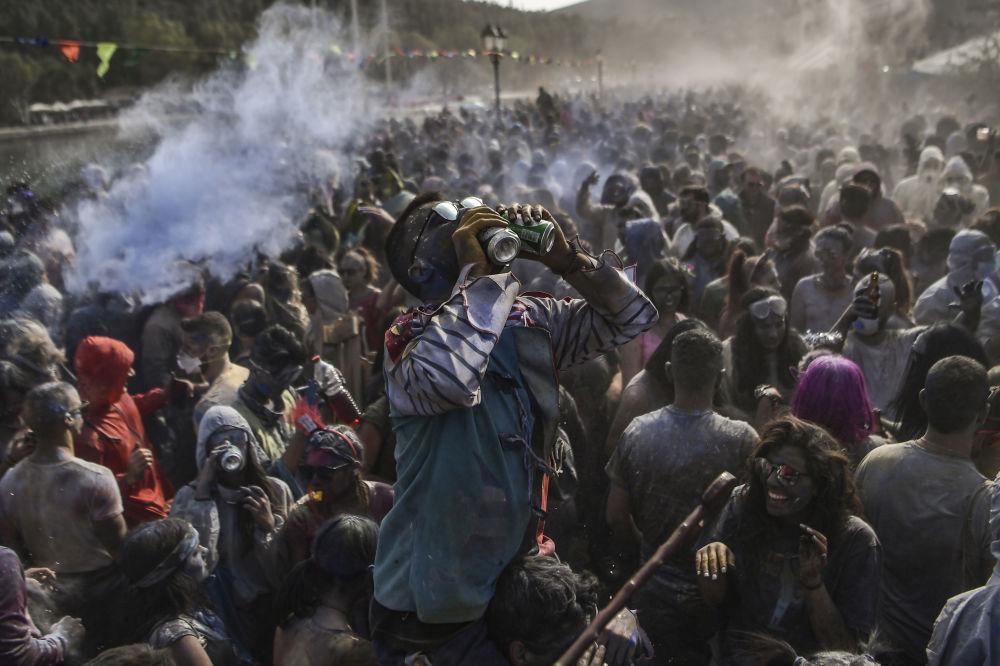 El día que los griegos decidieron lanzarse harina de colores