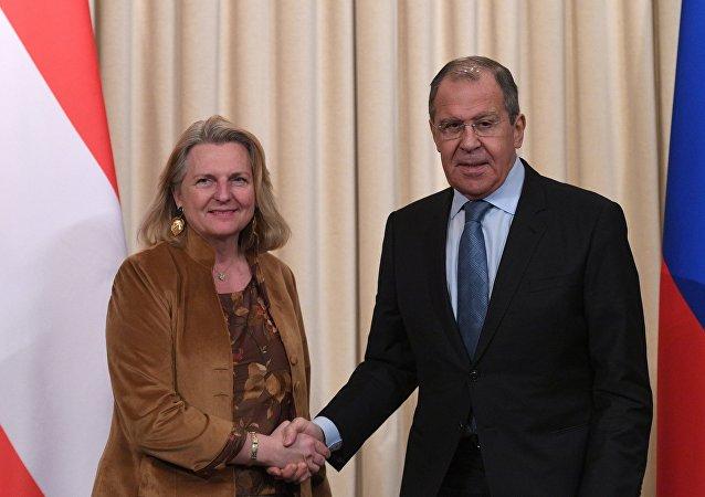 La ministra de Exteriores de Austria, Karin Kneissl, y su homólogo ruso, Serguéi Lavrov