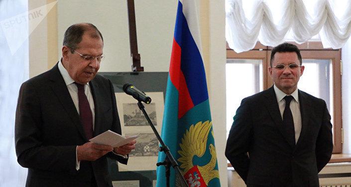 Serguéi Lavrov (izd.) y Vadim Duda (dch.) inauguran la muestra
