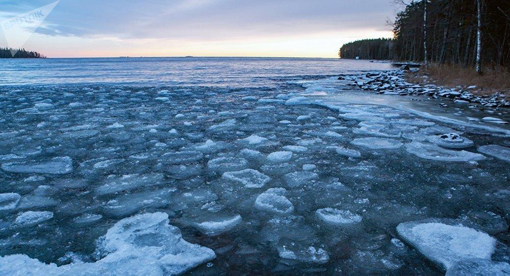 El lago Onega, en el norte de Rusia, bajo el hielo
