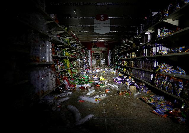 Saqueo en un supermercado durante apagón en Venezuela