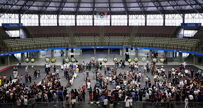 La gente asiste al velorio de las víctimas del tiroteo en la Escuela Raúl Brasil, en Suzano, Brasil.