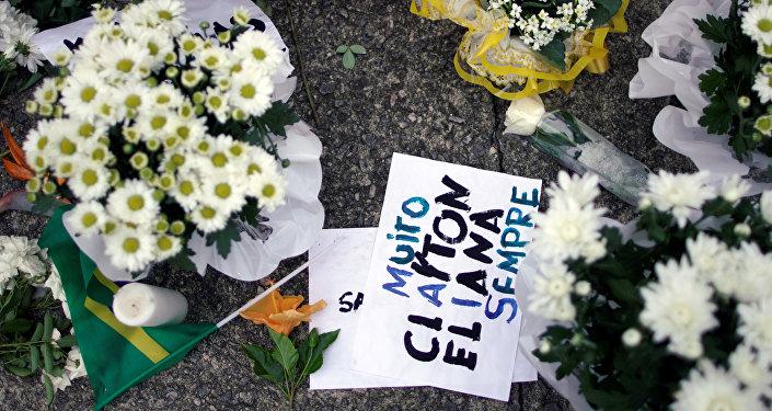 Rinden homenaje a las víctimas asesinadas en un tiroteo en la Escuela Raúl Brasil, frente a la escuela en Suzano, Brasil.