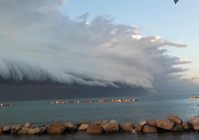 Una aterradora nube arcus se acerca a la costa de este de Italia