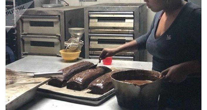 En los hornos de la Minka se prepara pan, pero también pasteles, que se venden a precios asequibles para el bolsillo de los trabajadores venezolanos