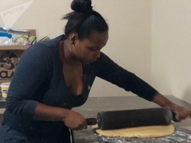 Leni Mari maneja a la perfección los hornos de la Minka, que alimentan con productos a precios populares a la comunidad
