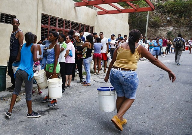 Venezolanos se abastecen de agua