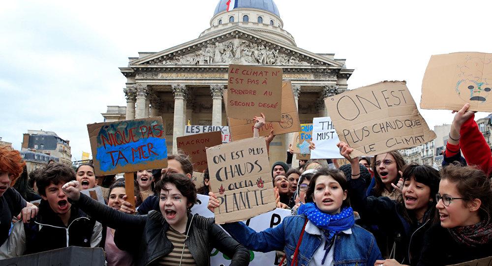 Estudiantes llaman a una huelga masiva contra el cambio climático en París, Francia