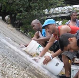 Los venezolanos se ven obligados a hacer acopio de agua por el apagón