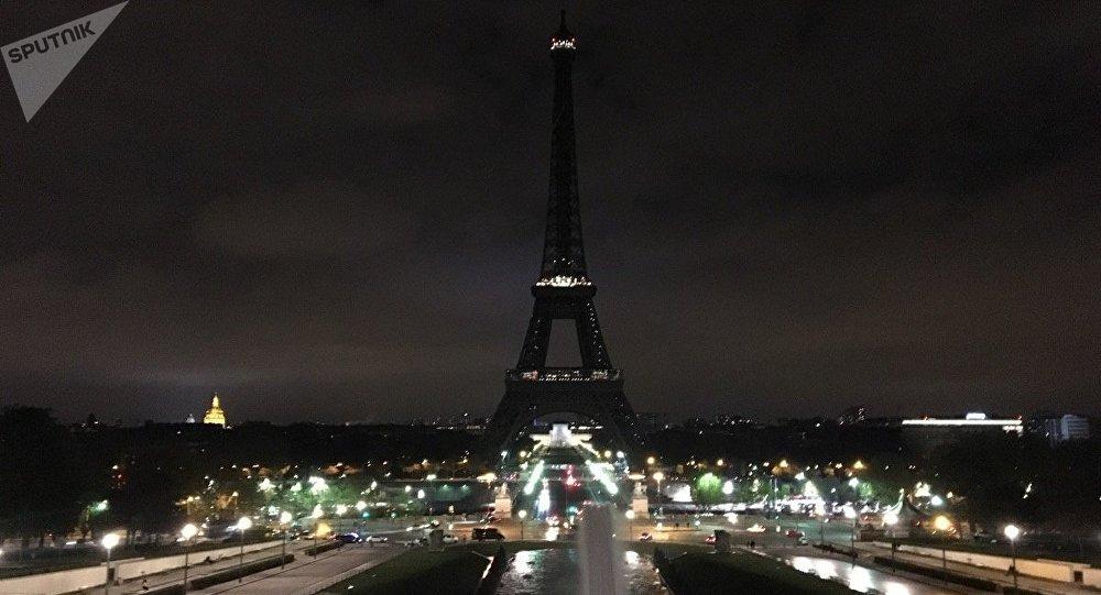 La torre Eiffel en Paris, apagada en solidaridad con las victimas del atentado en San Petersburgo