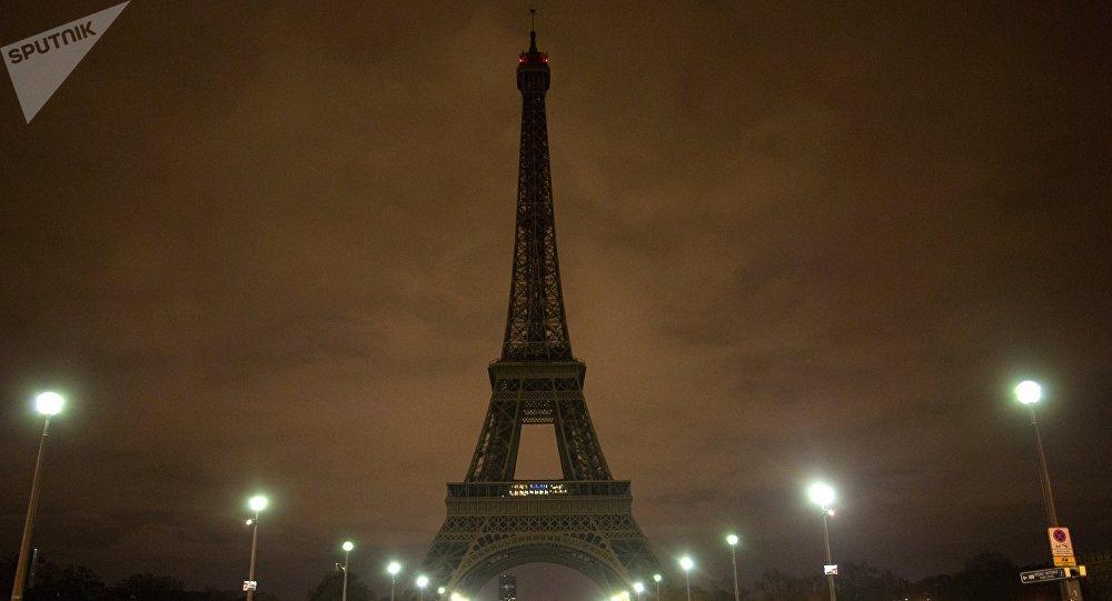 La torre Eiffel apagada en París