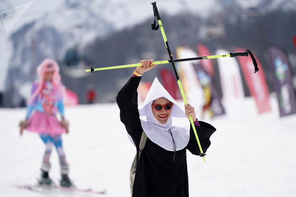 Bikinis y disfraces: miles de personas participan en el carnaval BoogelWoogel en Sochi