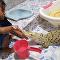 Una niña cepilla los dientes de un cocodrilo