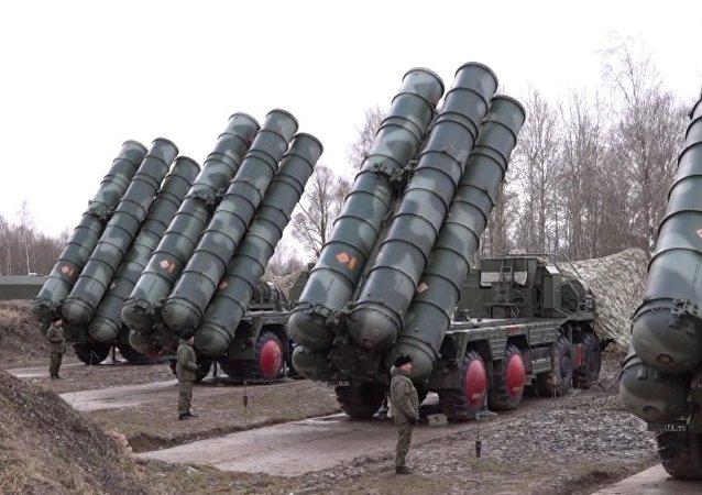 Así colocan los S-400 sus misiles en posición de lanzamiento en Kaliningrado