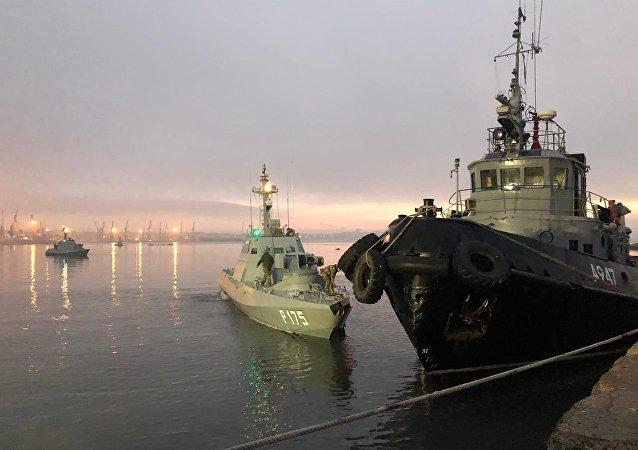 El barco de artillería blindado de la Armada de Ucrania, detenido por el Servicio de Guardia de Fronteras de Rusia, en el puerto de Kerch.