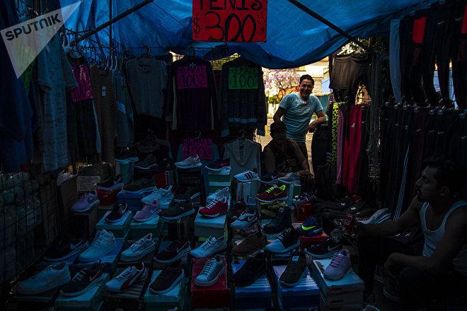 Mauro en su local del mercado Santa Cruz Meyehualco.