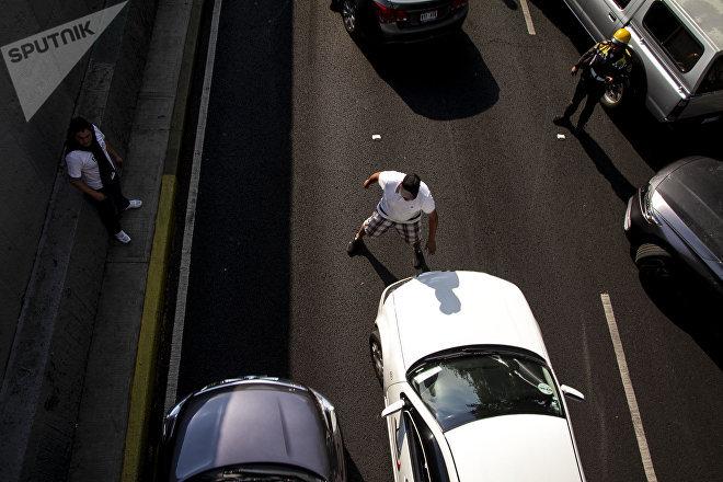 Comerciantes de Santa Cruz Meyehualco paran el tráfico en cinco avenidas principales de la ciudad, como protesta contra su reubicación
