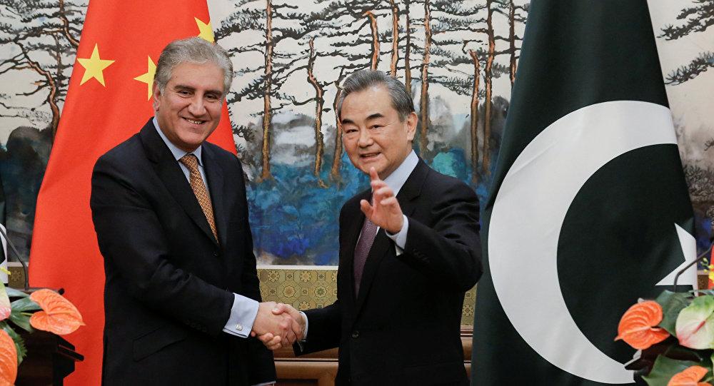 Canciller pakistaní, Shah Mahmood Qureshi, y canciller chino, Wang Yi