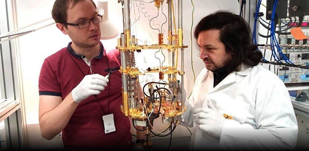 Gordéi Lesovik (drcha.) y Andréi Lébedev (izda.), autores del estudio 'La flecha del tiempo y su reversión en la computadora cuántica IBM'.
