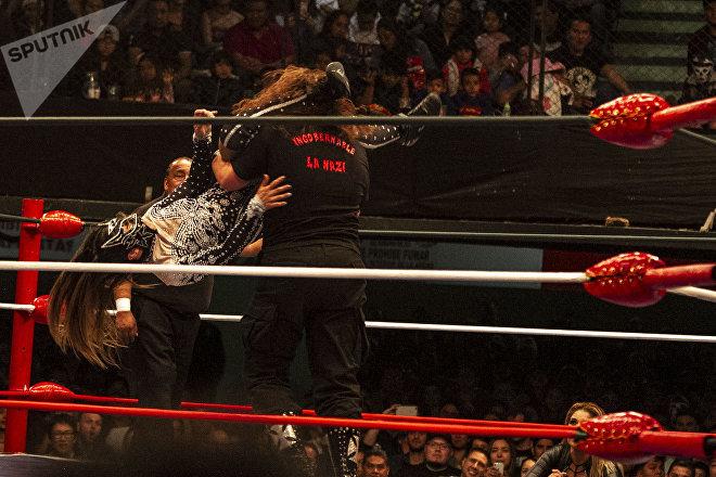 Ciudad de México. Lluvia lucha contra la Comandante en la función retro de la Arena Coliseo del Consejo Mundial de lucha libre, en marzo de 2019.