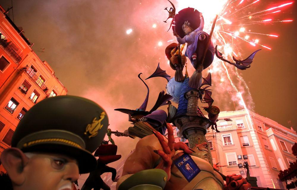 La quema de los ninots durante las Fallas de Valencia (España)