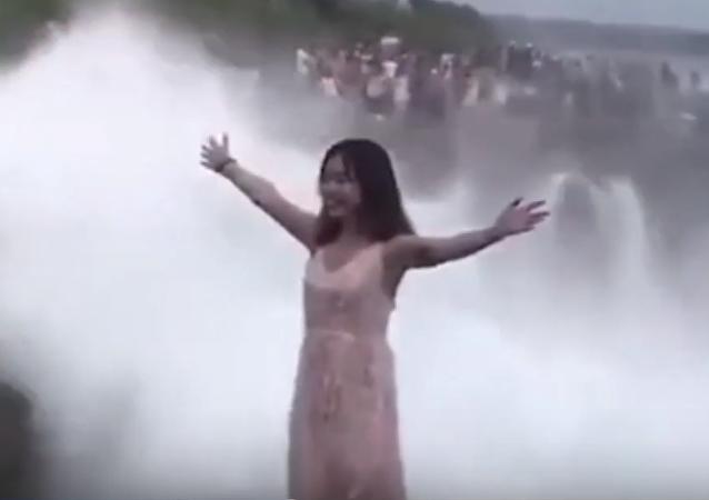 Presumir de vacaciones casi le cuesta la vida al tragarse una ola gigante