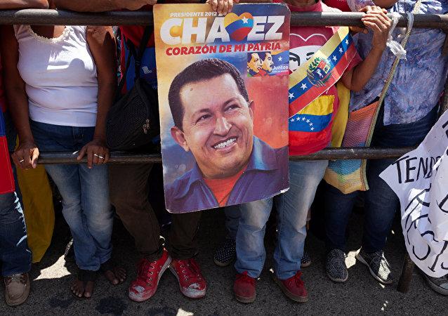 Partidarios de Nicolás Maduro con la imagen de Hugo Chávez