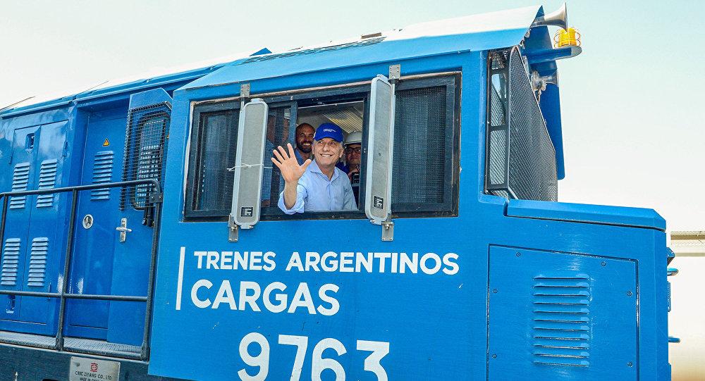 El presidente de Argentina, Mauricio Macri, a bordo de una locomotora