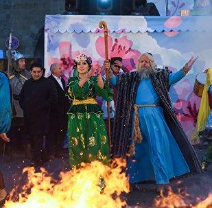 Una fogata de Novruz en Bakú, Azerbaiyán