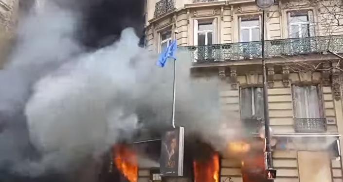 Una mujer y su bebé casi mueren en el fuego provocado por los 'chalecos amarillos'