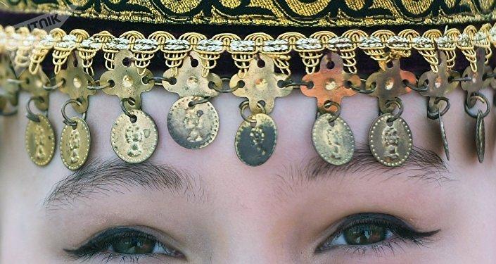 Una chica en un tocado tradicional de Tartaristán