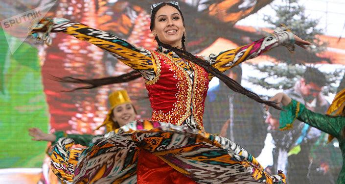 Una bailadora en un tocado tradicional de Tartaristán durante la celebración de Novruz en Kazán