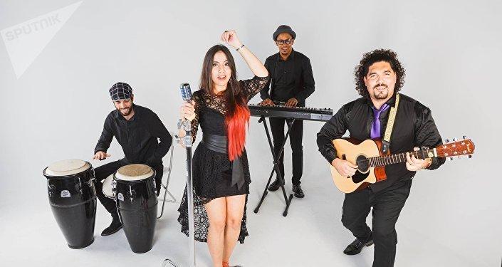 Yuleisi Antunez con sus compañeros de Havana Mama band