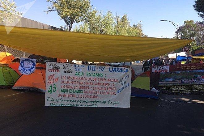 La protesta de los gremios educativos de México y de las comunidades indígenas bloquearon el acceso a la Cámara de Diputados de México este 20 de marzo.