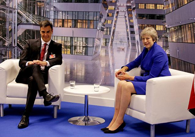 El presidente del Gobierno español, Pedro Sánchez, y la primera ministra británica, Theresa May (archivo)