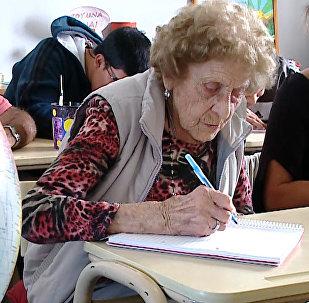 Una argentina de 99 años demuestra que nunca es tarde para estudiar