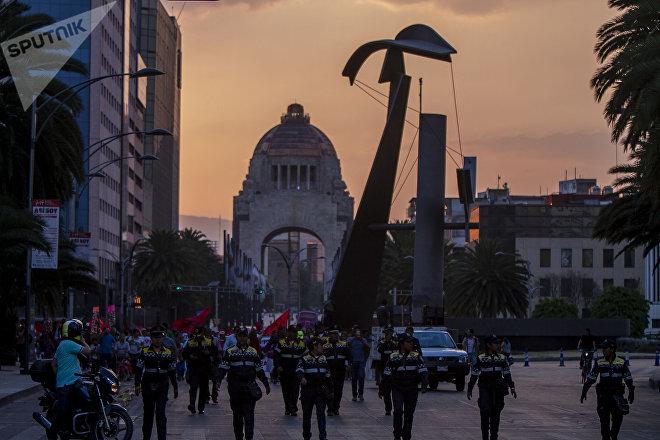 Ciudad de México. Policías vigilan a mujeres la marcha en apoyo a las huelgas en Matamoros.