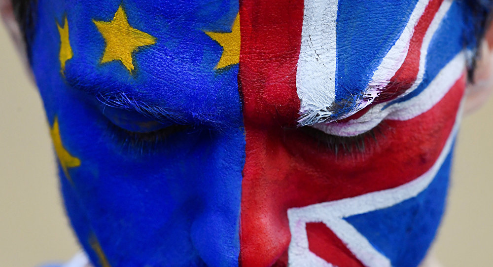 Un hombre con la cara pitada con las banderas de la UE y el Reino Unido