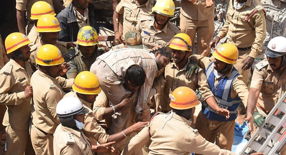 Rescatistas en el lugar del edificio derribado en la India