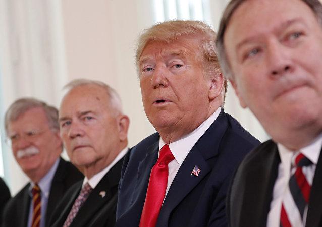 Altos funcionarios de la Administración Trump, de izquierda a derecha: el asesor de seguridad, John Bolton; el embajador de EEUU en Finlandia, Robert Frank Pence; el presidente de EEUU Donald Trump; el secretario de estado, Mike Pompeo (archivo)