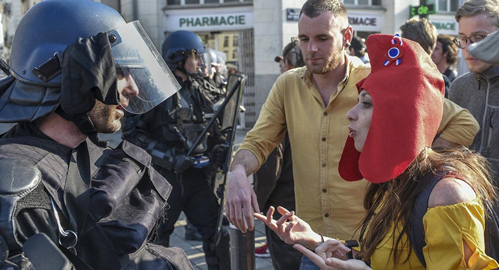 Una manifestante de los chalecos amarillos vestida de Marianne
